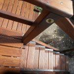 Vörösfenyőből készült fa lépcső fém vasalattal kültérre